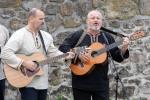 dvaja muži hrajú na gitarách