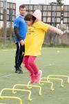deti z detských domovov hrajú futbal na umelej tráve