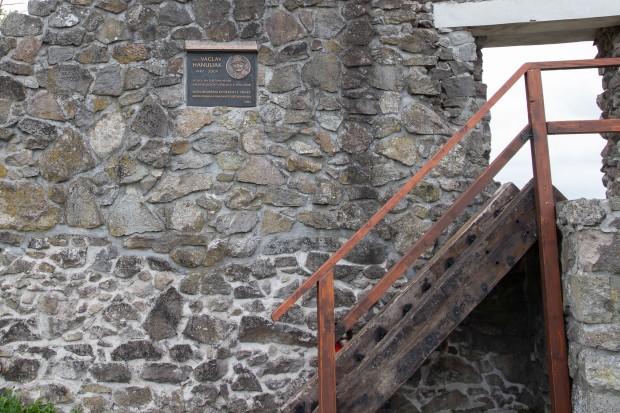Pamätná doska Václava Hanuliaka na hradnej bráne Pustého hradu
