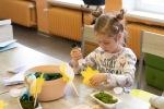 dievča robí ikebanu