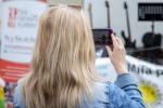 dievča nahráva mobilom video