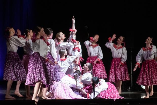 dievčatá tancujú na javisku
