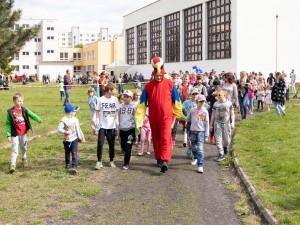 maskot podujatia kráča s detmi