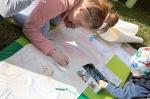 dievčatá kreslia na papier