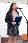 dievča recituje na pódiu