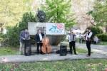 kapela hrá pri pamätníku Ľudovíta Štúra