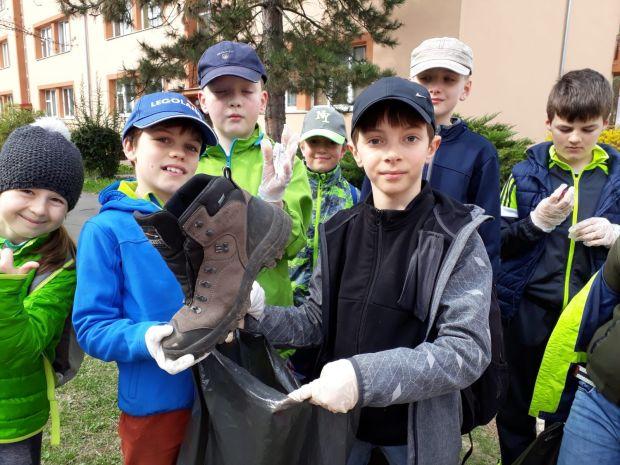 deti zbierajú odpadky