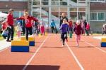 deti bežia po tartanovej dráhe