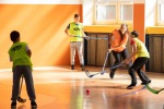 deti hrajú v hale Florbal
