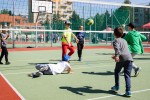 chlapci hrajú volejbal