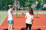 mladé dievča drží v ruke tenisovú raketu