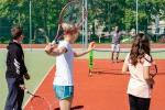 mladé dievča hrá tenis