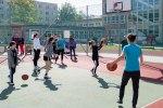 dievčatá hrajú basketbal