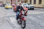 chlap na veterán motorke