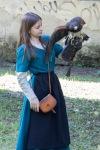 mladá pekná sokoliarka drží v rukách operenca