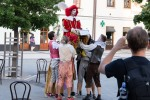 mladí herci a herečky hrajú pouličné divadlo na Zvolenskom námestí