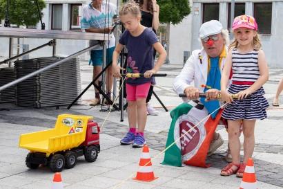 klaun zabáva deti