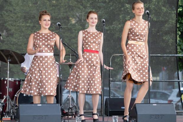 tri mladé speváčky v bodkovaných šatách
