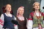 folklórne vystúpenie chlapcov a dievčat