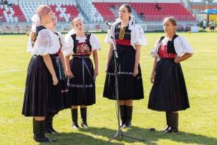 päť folkloristiek spieva na zelenej tráve
