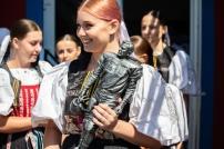 Trofej Chucka Bednarika v rukách folkloristky