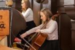 mladé dievča hrá na viololočelo