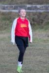 mladé dievča hrajúce futbal